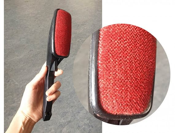 astuce anti poils brosse velour - Absolument Chats